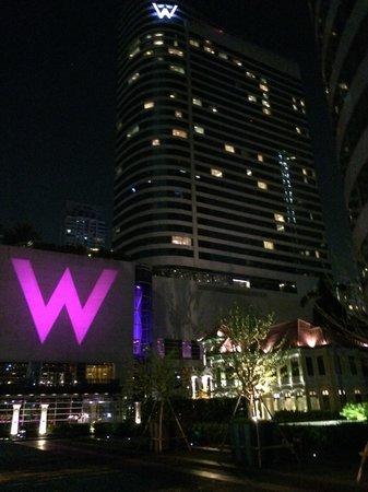 W Bangkok: 飯店夜晚外觀