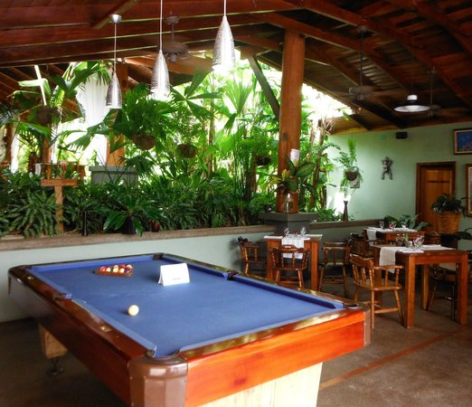 Hotel Playa Espadilla: Bar with Billiard Table