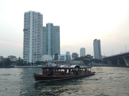 Chatrium Hotel Riverside Bangkok: The hotel boat arrives at the central pier.