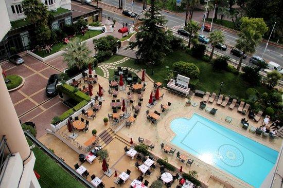 Hôtel Barrière Le Majestic Cannes : Вид из номера на бассейн и ресторан