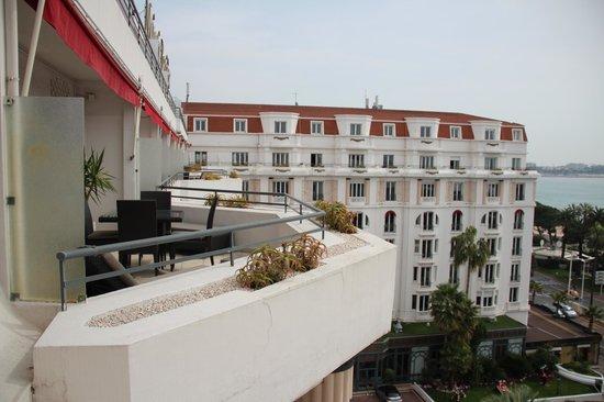 Hôtel Barrière Le Majestic Cannes: Вид из новой части отеля на старую часть