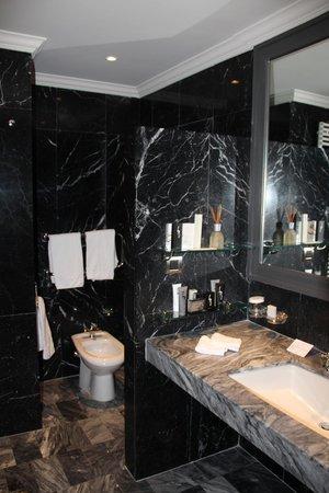 Hôtel Barrière Le Majestic Cannes : Ванная комната