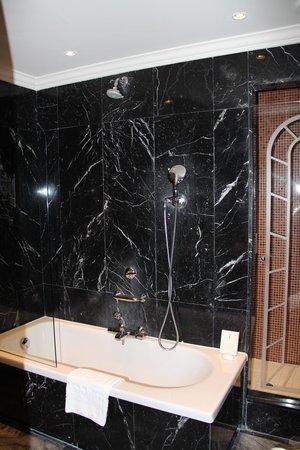 Hôtel Barrière Le Majestic Cannes : Ванная, за стеклянной дверью - душевая кабина