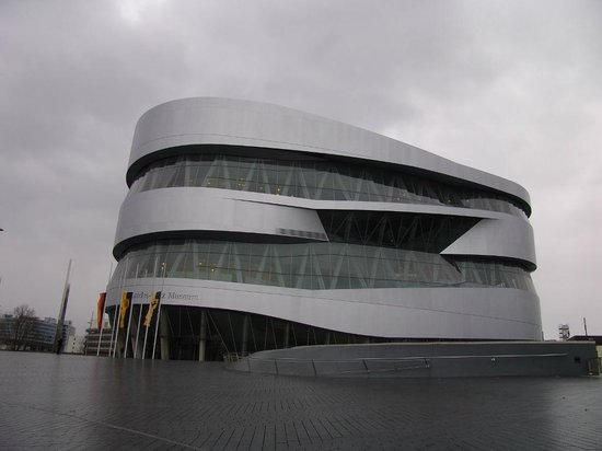 Mercedes-Benz Museum: Seitenansicht Museum