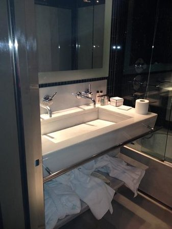 Hotel Urban: bathroom