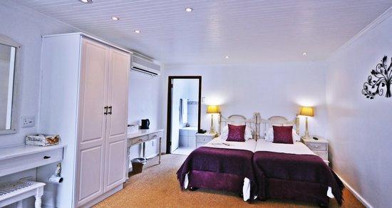 Tsitsikamma Village Inn: Log Room West Interior