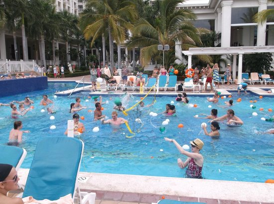 Hotel Riu Palace Pacifico : water blloon fight