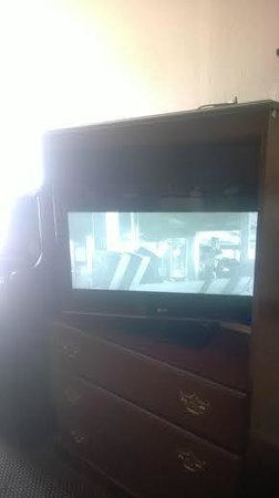 Days Inn Birmingham: 32 Inch Flat Screen.2014
