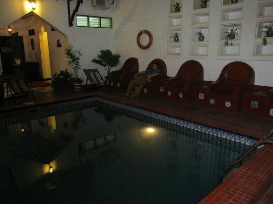 Dhow Palace Hotel : Вечером возле бассейна очень красиво