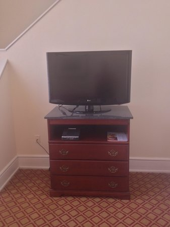 Residence Inn Cleveland Downtown: TV in living area