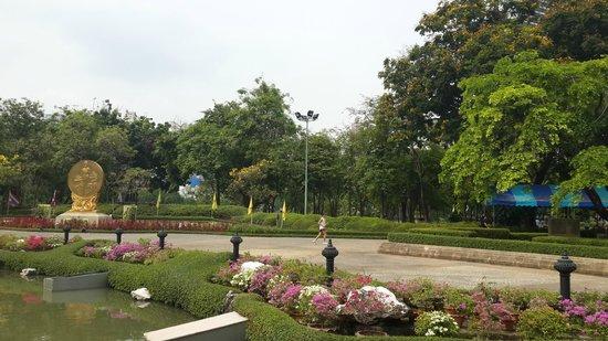 Legacy Suites Sukhumvit by Compass Hospitality : Парк ,не далеко от отеля