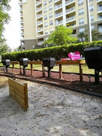Vacation Village at Parkway: Grill area near building 16/17