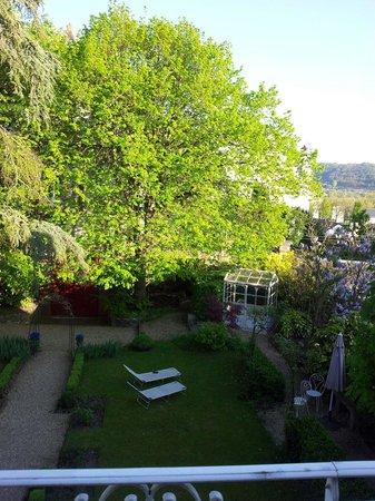 Villa La Gloriette : Le jardin vu de la chambre.