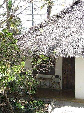 Ndame Beach Lodge Zanzibar: Бунгало простое и уютное