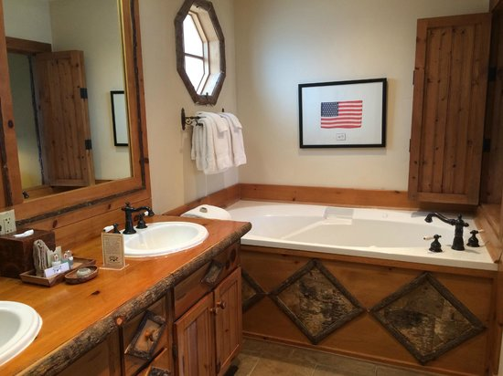 The Lodge at Buckberry Creek: Very nice, large bathroom with soaking tub and huge shower.