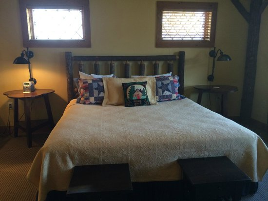 The Lodge at Buckberry Creek: Bed was super comfy.