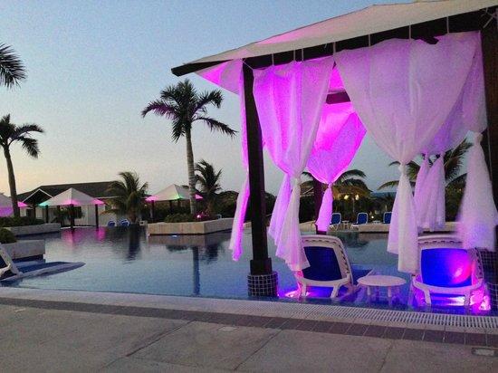 Royalton Cayo Santa Maria: lit autour de la piscine