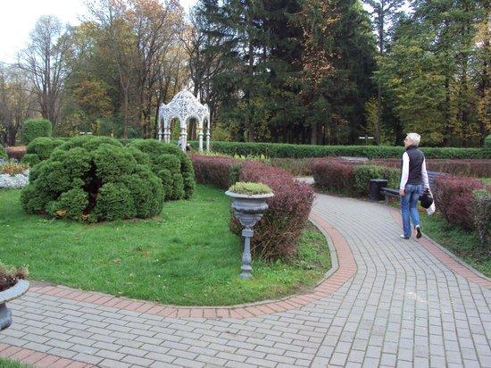 Central Botanical Garden of the National Academy of Sciences of Belarus: Аллея с беседкой