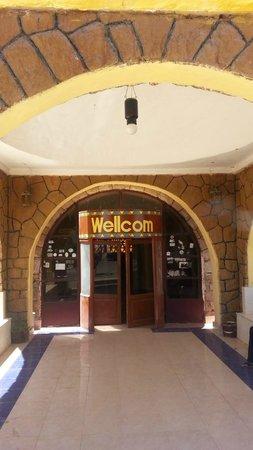 Nobaleh Ramsis Hotel: bright entrance on the main street