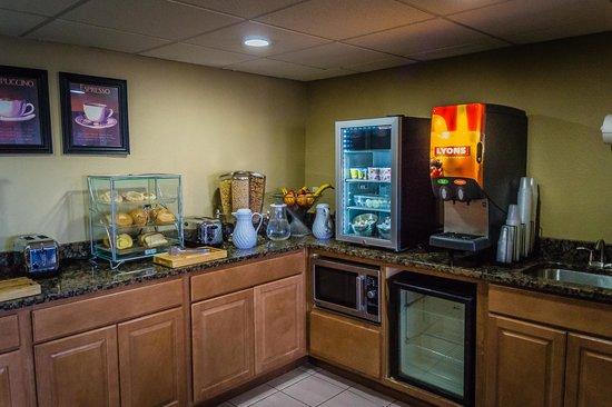 AmericInn Hotel & Suites Apple Valley: Breakfast