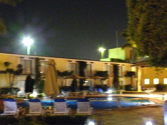 Fiesta Inn Oaxaca: La alberca y el hotel.
