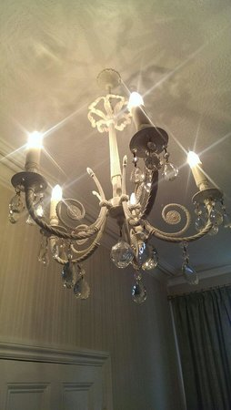 Mitchell's of Chester Guest House : Beautiful chandelier.