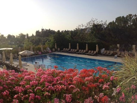 Inbal Jerusalem Hotel: Breakfast by the pool