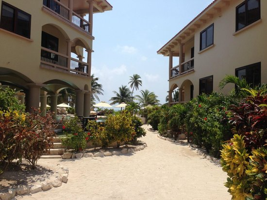 Coco Beach Resort : Walkways on grounds..  all sand
