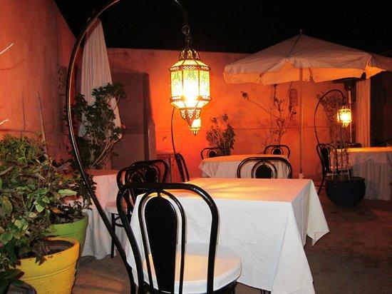Riad Al Badia: Kvällsbild från restaurang / terass-delen