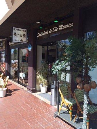 L'île aux Cocos : Entrée, côté trottoir + Rue