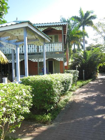 Country Country Beach Cottages: Along the walkway to the beach