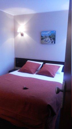 Hotel de Sevres: cama