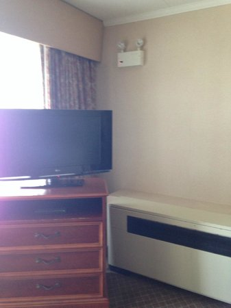Quality Inn Boardwalk : TV in the sitting area....old heating unit