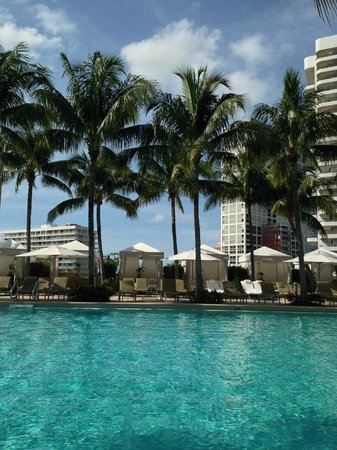 Four Seasons Hotel Miami : Sitting by the large pool