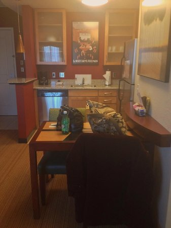 Residence Inn Pittsburgh Monroeville/Wilkins Township: kitchen and table