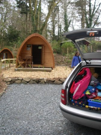 Langstone Manor Holiday Park & Cottages: Just arrived - you can park right next to the pod