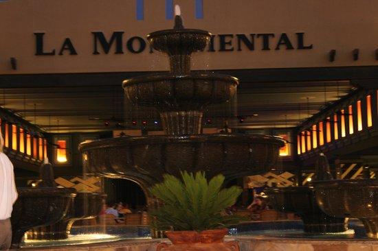 Hotel Riu Santa Fe: Courtyard Fountain