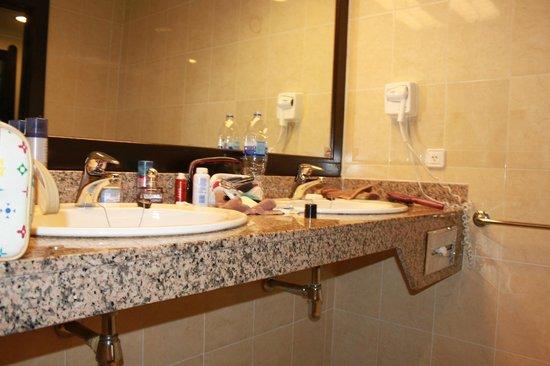 Hotel Riu Santa Fe: Accessible Washroom Cut Out Sink