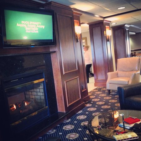 Hampton Inn Harriman Woodbury: Sitting next to the lobby fireplace