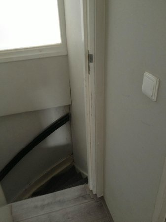 Rooms & Co B&B : gamle og revner ved døre