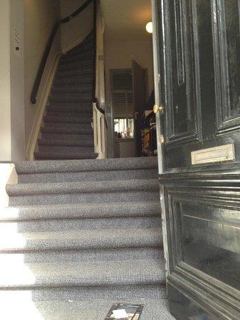Rooms & Co B&B: den gammel indgang , og meget smaller trapperne..