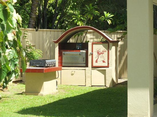 Black Rock Villas: Guests BBQ area with outdoor gas oven