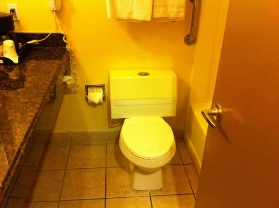Quality Inn San Simeon: average size bathroom