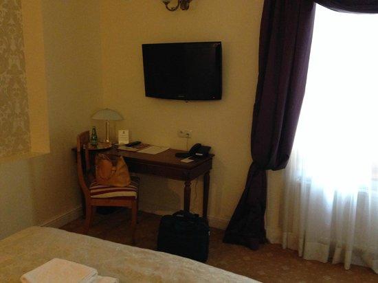 Hotel Kolegiacki: 'dark corner' with small lamp