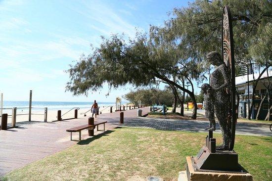 Neptune Resort: Boardwalk by the beach