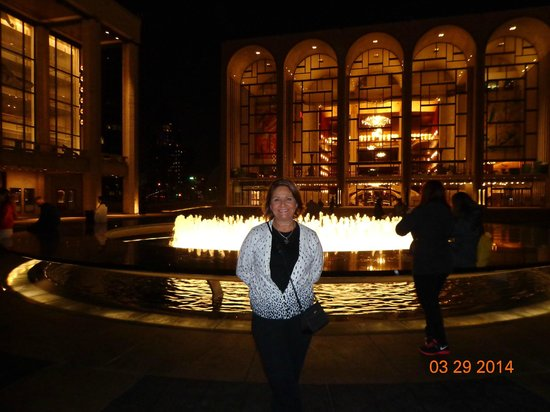 Lincoln Center for the Performing Arts: Lincoln Center iluminado, espetacular.