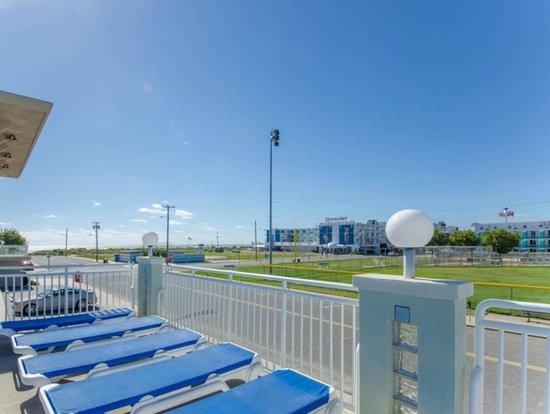 Crystal Beach Motor Inn: Ocean View Pool & Sun Deck
