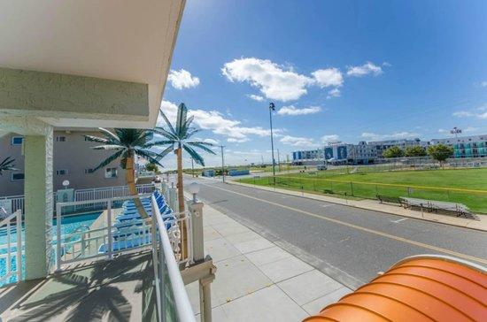 Crystal Beach Motor Inn: Across the street to the beach. Ocean View Balcony