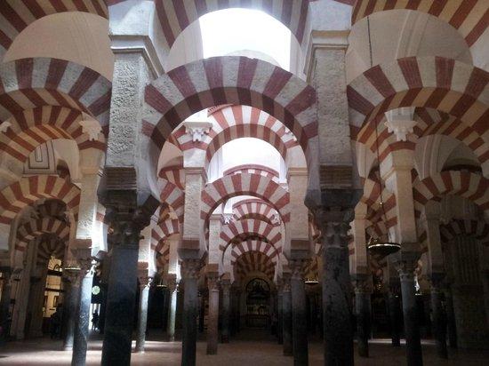 Judería: Efetti di luce sugli archi interni
