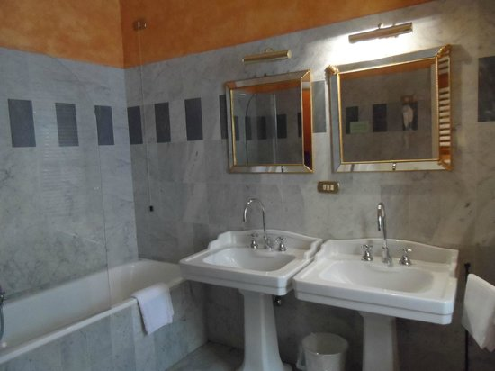 Torre Guelfa Hotel : Bathroom sink area